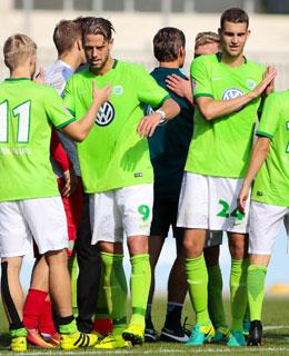 Den Tabellenführer geschlagen: Der VfL Wolfsburg feiert den Sieg gegen Meppen.
