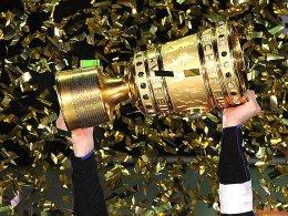 Objekt der Begierde: Zuletzt durfte Schalke 04 den Pott mit Sekt füllen.