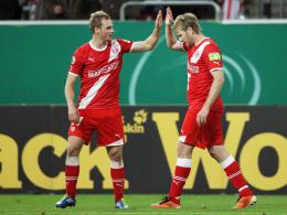 Gratulation: Düsseldorfs Beister (li.) bejubelt das 2:0 von Teamkollege Rösler.