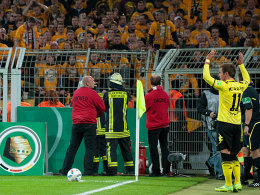 Dortmunds Götze wird von Dresdner Fans beim Ausführen einer Ecke behindert.