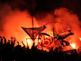 Lauterer Fans nebeln den Gästeblock in Frankfurt ein