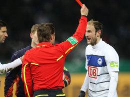 Fehlentscheidung: Dr. Felix Brych zeigt Roman Hubnik die Rote Karte.
