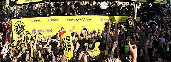 Und wieder einmal Party in Dortmund - die Fans feiern das Double.