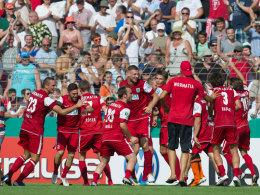 Die Wormatia-Profis feiern den Erstrundensieg gegen Hertha BSC