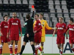 Schiedsrichter Tobias Stieler verstand keinen Spaß und schickte MSV-Keeper Felix Wiedwald in die Kabine.