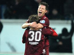 Offenbachs Stefan Vogler jubelt mit Nicolas Feldhahn nach seiner Vorentscheidung zum 2:0.