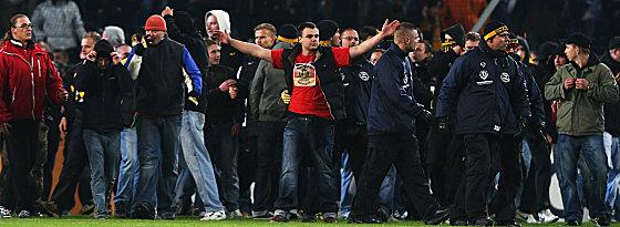 Dresdner Fans stürmten den Platz in Hannover.