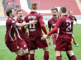 Kickers Offenbach jubelt mit Torjäger Fetsch