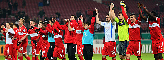 Berlin rückt näher: Der VfB jubelt mit den wenigen Fans in Stuttgart.