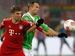Ringen um den Finaleinzug: Bayern München (li., Thomas Müller) und der VfL Wolfsburg (re., Jan Polak).