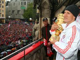 Ihn gilt es zu verteidigen: Bastian Schweinsteiger hält das begehrte Objekt DFB-Pokal fest in seinem Armen.