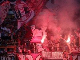 Nehmen eine Strafe für ihren Verein in Kauf: Kölner Chaoten sorgten für eine Spielunterbrechung.