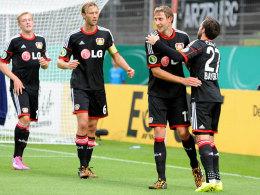 Routine: Stefan Kießling (2. v.r) lässt sich für einen Treffer feiern.
