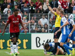 """Referee Petersen zückt """"Rot"""""""