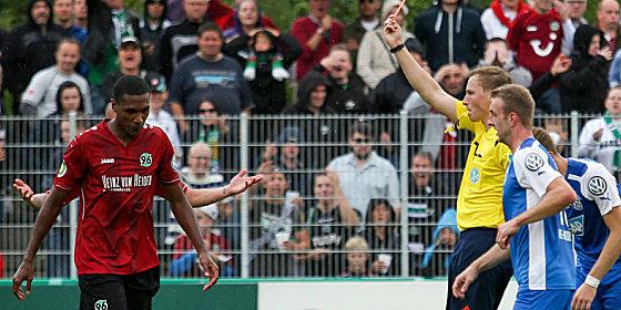 "Referee Petersen z�ckt ""Rot"""