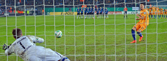 Berlins Wagner scheitert entscheidend an Bielefelds Keeper Schwolow.