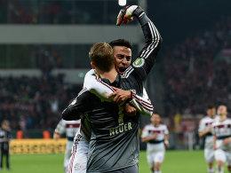 Matchwinner: Thiago und Torwart Neuer feiern nach dem Elfmeterschießen.