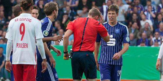 Spielabbruch: Schiedsrichter Martin Petersen wurde beim Spiel Osnabr�ck gegen Leipzig von einem Feuerzeug am Kopf getroffen.