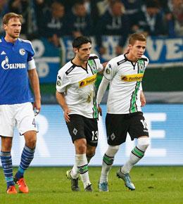 Die Gladbacher Stindl und Hazard jubeln, die Schalker H�wedes ist bedient.