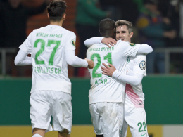 Fin Bartels (re.) und Florian Grillitsch (li.) gratulieren Anthony Ujah zu seinem Treffer.