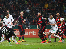 Viel los im Bayer-Strafraum: Werder-Torschütze Garcia (l.) und Pizarro (2.v.r.), der vom Punkt traf