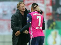 Hamburgs Coach Markus Gisdol herzt Bobby Wood.
