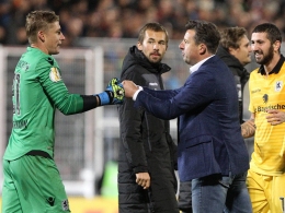 Nach dem Erfolg: Trainer Kosta Runjaic klatscht mit Keeper Jan Zimmermann (l.) ab.