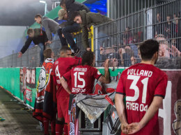 Leverkusener Profis nach dem Aus in Lotte bei den mitgereisten Fans