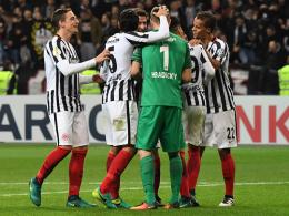 Grund zum Jubel nach durchwachsener Vorstellung: Die Frankfurter Eintracht bejubelt den Einzug ins Achtelfinale.