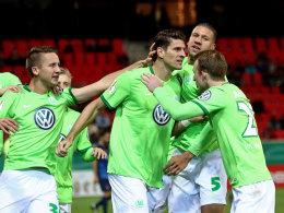 Umjubelter Mann: Mario Gomez (Mitte) glückte sein zweites VfL-Tor beim Pokalspiel in Heidenheim.