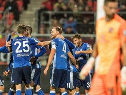Freude über eine starke erste Hälfte - und das Weiterkommen: Kapitän Benedikt Höwedes (#4) und seine Schalker.