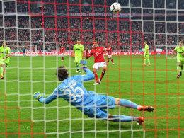 """""""Von der Richtung her ging er gut weg. Vielleicht war ein bisschen zu viel Adrenalin im Körper"""": Thomas Müller schießt drüber."""