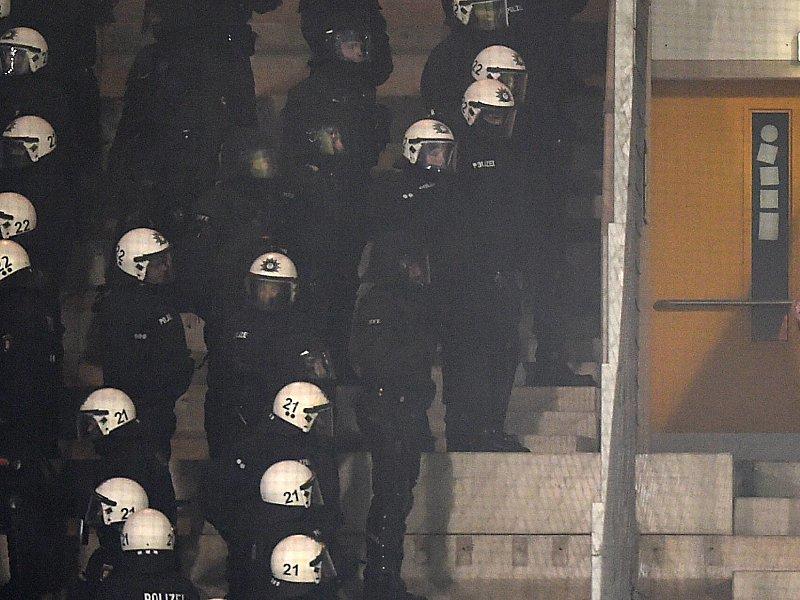 Verschlossene tür  Verschlossene Tür hielt Rostocker Polizei auf - DFB-Pokal - kicker