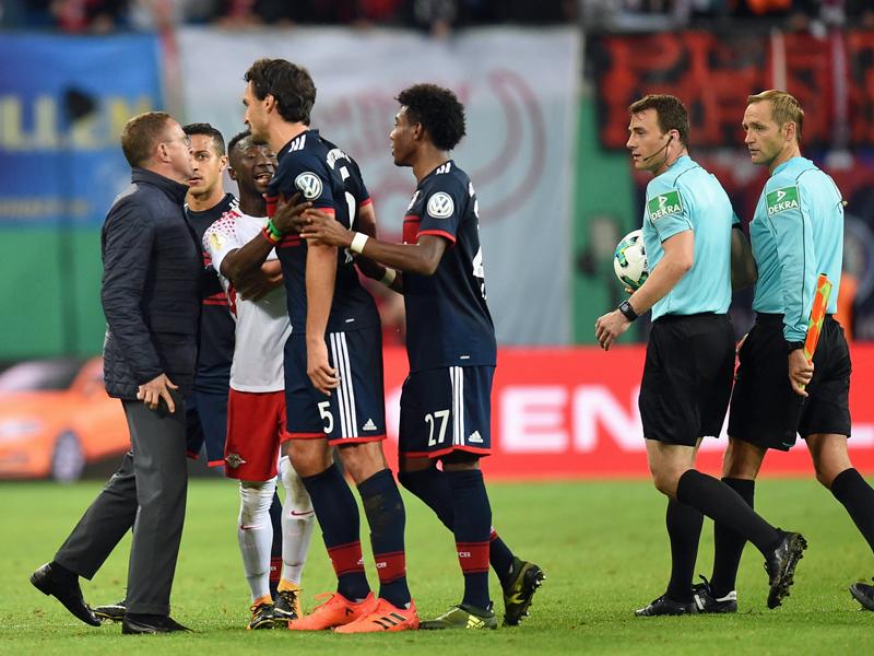 Wutentbrannter Rangnick will Schiedsrichter Zwayer mit Handy Fehler zeigen