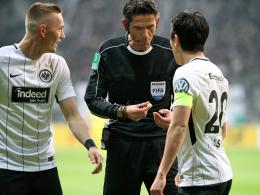 Referee Aytekin erklärt den