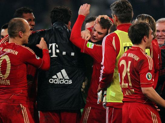 Manuel Neuer wird umringt