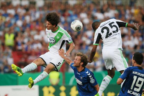 Am Samstagabend trafen noch die Wolfsburger in Karlsruhe auf den KSC. Und dort hatte der VfL die Lufthoheit, wie hier Klose und Naldo unter Beweis stellen.