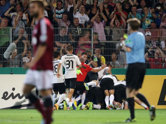 Der SV Sandhausen hat mit dem 1. FC N�rnberg den vierten Bundesligisten aus dem Pokal gekegelt. Dem Elfmeter-Krimi folgt eine Jubel-Traube, unter der sich der Matchwinner des sp�ten Sonntagabends befindet.