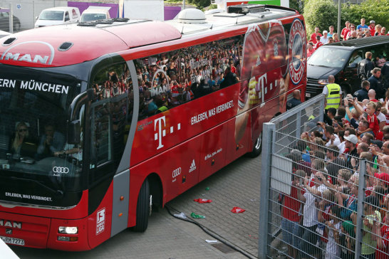 Überall, wo die Bayern hinkommen, ist der Andrang groß. Natürlich auch in Osnabrück. Als der Bus des Triple-Siegers auf das Gelände der Osnabrücker Osnatel-Arena einbiegt, ist schon mächtig was los!