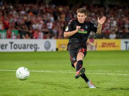 Heintz hat die Nerven: Freiburg zieht in Runde zwei ein