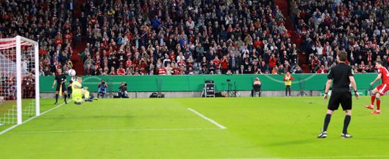 Der Schlusspunkt eines verrückten Spiels: Robert Lewandowski überwindet Kevin Müller zum 5:4.