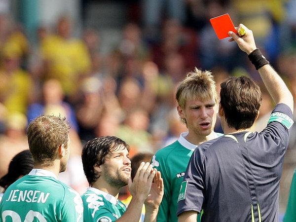 Diegos Flehen blieb unerhört: Schiedsrichter Gräfe schickte Mertesacker mit Gelb-Rot vom Platz.