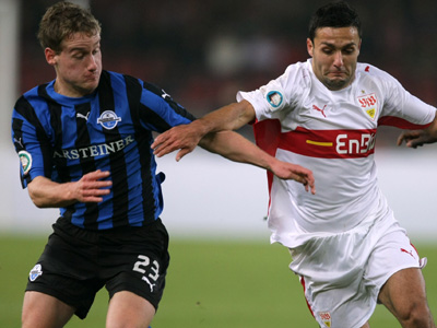 Paderborns Halfar (li.) gegen Stuttgarts Edeltechniker Bastürk.