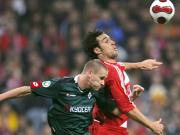 Hoher Einsatz: Gladbachs Daems im Luftkampf mit Bayerns Angreifer Toni (re.).