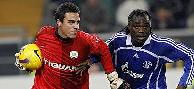 Diego Benaglio gegen Schalkes Asamoah.