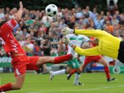 Nordhorns Stürmer Brode und Werders Keeper Wiese strecken sich nach dem Ball.