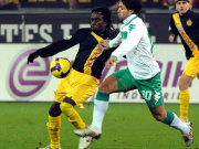 Die Brasilianer Tinga (BVB, li.) und Werders Diego im Duell