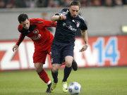 Bayerns Ribery behauptet den Ball gegen Castro (Leverkusen)