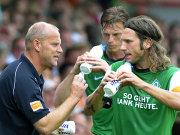 Werder-Coach Thomas Schaaf gibt seinen Mittelfedspielern Frings (re.) und Borowski Anweisungen.