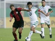 Wolfsburgs Kapitän Josue behauptet den Ball gegen Wehen Wiesbadens Ziegenbein.